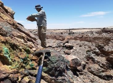 Mapping copper mineralised outcrop at the Gorob prospect